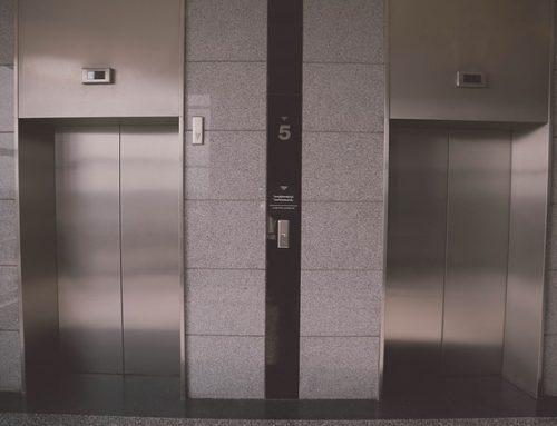 ¿Se puede colocar una cámara de seguridad en el ascensor del edificio?